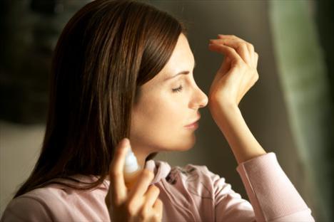 Cildin asit oranı da parfümün kalıcılığını etkiler:  - Asitli ciltlerde ağaçsı ve baharatlı kokular daha kalıcıdır.  - Asit oranı az ciltler (hassas ve kuru) ise çiçeksi kokuları daha iyi tutar.