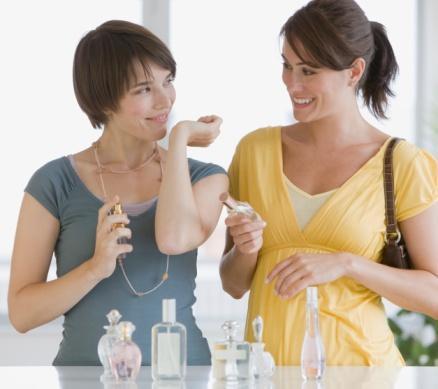 Sıcak günlerde daha hafif parfümler kullanın  Parfümün kokusu sıcak ve nemde daha kuvvetlenir. O halde, daha baskın ve egzotik olanları sonbahar ve kışın, hafif olanları ise yaz aylarında kullanın.