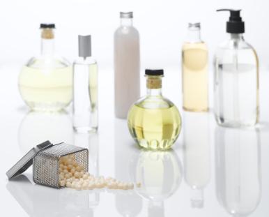 Parfüm kullanımının ilk şartı, cildin tüm kokulardan arınmış yani temiz olmasıdır. Parfümünüzün daha kalıcı olmasını istiyorsanız duş veya banyo sonrasında sürün; gözeneklerin açık olması cildin kokuyu daha iyi emip tutmasını sağlar.  Banyo sırasında parfümünüzün yan ürünlerini kullanmak da kokuyu katlayacaktır. Cilt tipi de parfümün kalıcılığıyla yakından ilgilidir. Yağlı ciltlerde parfümler daha kalıcıdır. Bu durumda cildiniz kuruysa daha fazla parfüm sürmeniz gerekir...