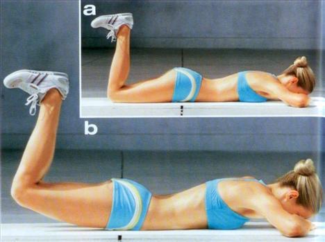 3- Bacakların üst arkası için:Yüz üstü yere yatın ve alnınızı ellerinizin üzerine dayayın. Bacaklarınızın alt kısmını yukarı kaldırın ve ayak parmaklarınızı kendinize doğru çekin. Poponuzu sıkın ve kalçanızı yukarı kaldırın. Beşe kadar sayarak pozisyonunuzu koruyun. Bacaklarınızı serbest bırakın. Bu hareketi 15 kez tekrarlayın.