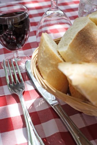 - Lokantalarda yemeğinizi beklerken önümüze konan sıcacık ekmeklerin iştah kabartıcı kokularına karşı koyun ve yemeyin.   - Günün stresi nedeniyle ''akşam yeme sendromu'' na girmeyin. Evde devamlı atıştırmak yerine oyalanacak işler bulun.   - Otururken veya uzanırken bir şey yememeye alışın. Masaya oturmadan yemek yememeyi benimseyin. Yerken televizyon seyretmeyin, gazete, kitap okumayın.   - Lokmalarınızı iyi çiğneyerek yavaş yemeye alışın. Lokma arasında 30 saniye kadar zaman geçirmeye çalışın. Yemekte rahatlatıcı bir müzik dinleyin.