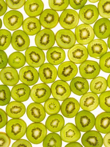 - Bir kivi, bir portakaldan daha çok C vitamini içerir. Kaslarımızın kasılmasında rol oynayan potasyum bakımından da zengindir.   - Ispanak tüm koyu yeşil yapraklı sebzeler gibi kalsiyum, folik asit ve K vitamininden zengindir. Kalsiyum kemikleri sağlamlaştırır; folik asit kalp hastalıklarından korur; K vitamini de kan pıhtılaşması için gereklidir.   - Etleri kızartma, ızgara, füme, barbekü yaparak pişirme sırasında içinde heterosiklik aminler oluşur. Bunlar karsinojendir ve kazıyarak uzaklaştırmak mümkün değildir.