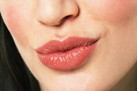 7- Angelina dudakların sırrı  Erkekler, kalın dudaklı kadınlara aşık olduklarını sanıyorlar çünkü dudak vajinaya benzerliğiyle seksi, yani üremeyi çağrıştırıyor.