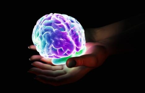 8- Aşkın vesikalığı  Aşkın da fotoğrafı çekilir mi demeyin... Londra Üniversitesi'nde manyetik dalga tekniği sayesinde aşık insanların beyinlerinin görüntülerinin alındığı araştırma sonuçları çok şaşırtıcı. Beyindeki görüntü, gözle görülür parlama ve ışık saçma, yani enerji birikimi olarak beliriyor. İşin ilginç yanı bu görüntü, kokain kullanan bir insanın beyniyle benzerlik  gösteriyor. Aşkın uyuşturucu etkisi aynı türden haz ve mutluluk sağlıyor. İnsan beyninin depresyonla ilgili olan bölümü ise aşık insanın beyninde tamamen pasif ve karanlık kalıyor.