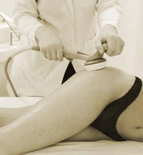 Menopoz dönemi şişmanlama dönemi midir? Menopoz döneminde özellikle kiloda fazlalığa doğru belirli bir eğilim vardır. Ayrıca hormonal dengesizlik, vücudun su tutması ve selülit görülür. Psikolojik açıdan, kadın cinselliğindeki değişim ve buna eklenen çeşitli olaylar kadınlarda depresyona doğru bir eğilim yaratabilir. Kadınlar da kendilerini avutmak için genellikle kontrolsüz ve hatta oburluğa varan bir yeme alışkanlığının içine düşerler ve kilo alırlar.