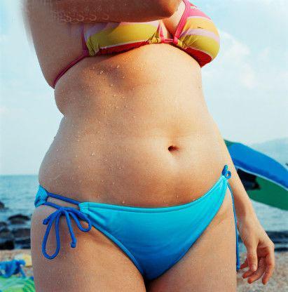 Selülitin sebepleri nelerdir?Hormonal nedenler;Vücudumuzun salgıladığı hormon miktarları, çeşitli sebepler ile değişebilir ve bu durum hücre aralığında biriken sıvı miktarının artışına sebep olur. Östrojen hormonundaki artışlar selülit oluşumunda en önemli rollerden birini oynar.