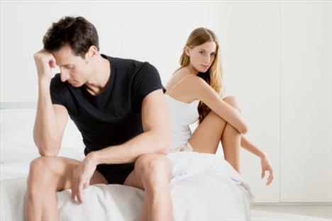 3- Teknik Zorluklar Mı Var? Erkek arkadaşınız cinsel zorluklar yaşıyorsa yapmak isteyeceğiniz son şey onunla bu konuda konuşmak olacaktır. Ancak onu genç ve güçlü erkeklerin bile erken yaşta geç boşalma veya ereksiyon olamama gibi sorunlarla karşı karşıya kalabileceği konusunda ikna etmelisiniz. Erkekler için cinsel sorunlar fiziksel ya da psikolojik olabilir.  Geçmişte cinsel sorunlar yaşadığı için korkuyor olabilir ama asıl problem genellikle stres, kötü beslenme ya da hareketsizliktir. Bu tür faktörler zamanla geçer. Yine de sorun devam ederse bir uzmana danışmakta fayda var.  Çiftlerin çoğu ereksiyon sona erdiğinde her şeyin bittiğini düşünüyor. Oysa ki sizi elle ya da oral olarak tatmin etmeyi sürdürebilir. Sizi farklı şekillerde de mutlu edebileceğini görmek onun da moralini düzeltecektir. Ayrıca dikkatinizi penisine yoğunlastırmamanız yeniden ereksiyon olmasına yardımcı olacaktır.