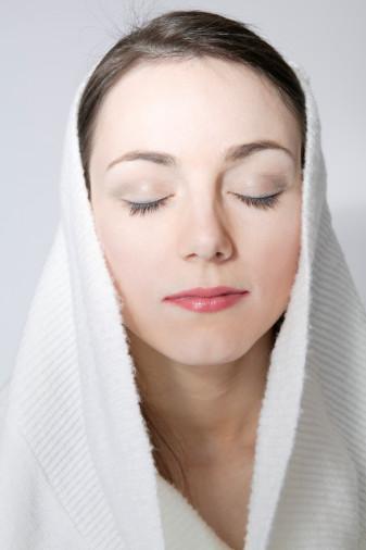 Arctic Peel nedir?Ağrısız acısız anestezi gerektirmeyen bu yöntem minik lazer dalgalarıyla ölü deriyi soyar. Bu işlem son moda estetiklerden biri. Microdermabrasion'ın gelişmişi olarak tabir edilen bu yöntemle çok kısa süren seanslar sonunda ağrı ve acı çekmeden dip diri bir cilde sahip olabiliyoruz.