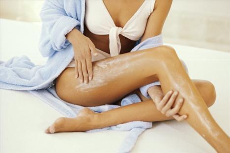 15- Selülit Kalkanı  Duştan hemen sonra güneş koruması içeren renkli bir nemlendirici sürün. Böylece cildinizi beslerken güneşin zararlı ışınlarından da korunmuş olursunuz ve de bacaklarınız bakımlı görünmüş olur. (Kaynak: Cosmopolitan)