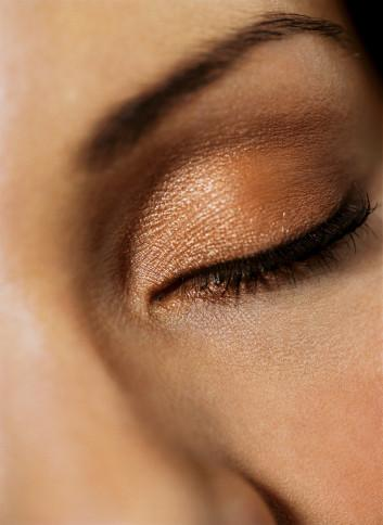 2- İnatçı Göz Torbaları  Fazla alkol tüketimi veya uykusuz çalışma saatleri göz altında torbalanmalara neden olabilir. Hemen moralinizi bozmayın. Kayısı rengi far kullanarak dikkati göz torbalarınızdan uzaklaştırabilirsiniz. Bu canlı ton yüzünüze ışıltı vererek yorgun ifadenizi canlandıracaktır.