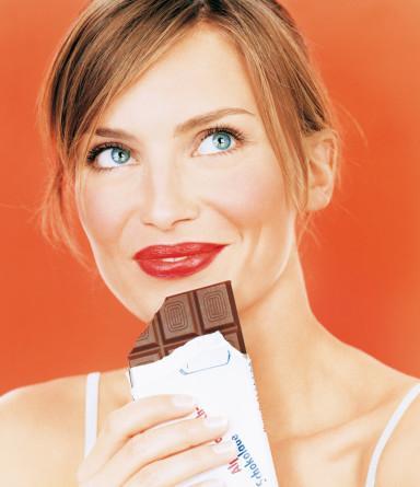 5- Sahte Mutluluk   Mutsuz olduğunuzda çikolata yiyerek alacağınız 500-600 kalori yerine, magnezyum takviyesi kullanabilirsiniz. Sonradan kilolarla uğraşmak yerine bu takviyeleri almayı denemelisiniz. Çikolatanın verdiği mutluluğun benzerini yaşadığınızı göreceksiniz.