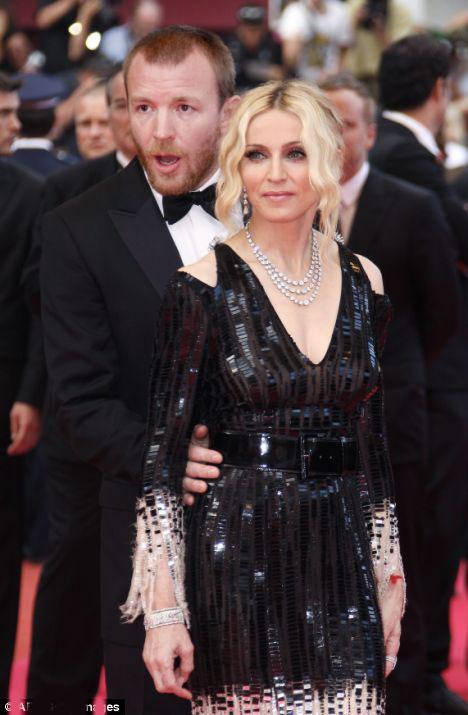 """Madonna and Sharon Stone, AmFAR Vakfı """"Sinema AIDS'e Karşı"""" adı altında AIDS'e yakalananlara yardım eli uzatan kişilere ulaşmak için güç birliğinde."""