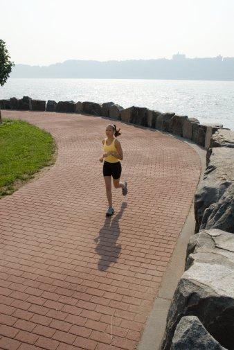 Şimdi hareket zamanı  Koşarak ya da tempolu yürüyüşlerle kilo vermeniz mümkün. Vücudun dayanıklılığını artıran bu egzersizleri kilo verme ve genel sağlık açısından karşılaştırdık.