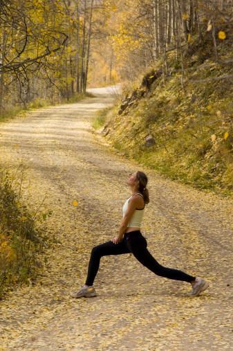 Egzersiz tipine uzmanla karar verin  Yürüyüş ve koşuyu teknik açıdan bizim için karşılaştırırsak: Aslına bakarsanız her ikisi de iyi. Ancak önemli olan egzersiz yaparken bunu bilinçli bir şekilde yapmamız. Öncelikle hedefinizi belirlemeli ve hedefinize göre koşmalı ya da yürümelisiniz. Yürümek ve koşmak kardiovasküler egzersizlerdir. Yani bu egzersizler kalp ve dolaşım sistemini hızlandırıp çalıştırır. Dolayısıyla nabzımızı kontrol altında tutmamız gerekir.