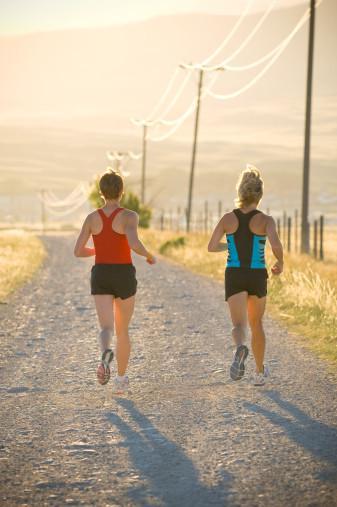 Bunun tam tersi düşünceler de olabilir ya da ikisini de sevmeyebilirsiniz. Ancak sağlıklı ve kaliteli bir yaşam için bunun gerekliliğini kabul edip, ağır basanı seçip uygulamaya geçmelisiniz. Eğer herhangi bir sağlık sorununuz yoksa ve daha önce spor yapmadıysanız ise yüreyerek başlamanız daha doğru olacaktır. Birdenbire koşmaya başlamak yorucu olacağından sizin spor yapma isteğinizi azaltabilir. Kendinize hedef koyup önce tempolu yürüyüş daha sonra da tempolu koşu yapabilirsiniz.