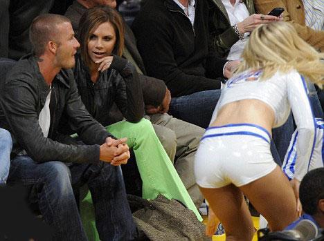 LA Lakers maçında Victoria Beckham'ın markajında olan David Beckham, kızlardan gözünü alamazken kendine çevrilen keskin bakışlarda da renkten renge girdi.