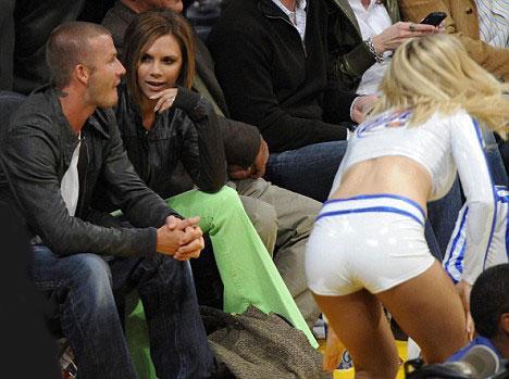 Beckham, çıkması kuvvetle muhtemel bir kavgayı önlemek istercesine saniyelik de olsa başını çevirip kızlarla ilgilenmiyormuş tavrına bürünüyor.