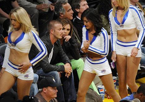 Seksi ponpon kızlar da David Beckham'a yakın olmak istercesine durunca kavga kaçınılmaz oluyor...