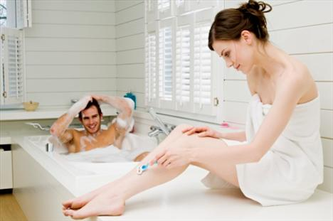 5. Epilasyon meselesi  Eğer jilet ile epilasyon yapıyorsanız, sevgilinizle aynı jileti paylaşmaktan kaçının. Mikroplar, jiletin üstündeki kan zerrelerinde yaşayabilirler ve kullanım sırasında yanlışlıkla kendinizi keserseniz bu mikroplar size geçebilir.   İkiniz arasında o kadar çok mikrop geçişi olabilir ki bu durum prezervatifsiz seks yapmak kadar riskli sayılabilir, örneğin karaciğer bozukluğuna yol açabilen bir hastalık olan Hepatit B önemli bir risktir. En iyisi profesyonel bir epilasyon merkezine gitmek olacaktır ama o zaman bile yapılan işlemi dikkatli izlemeniz gerekiyor. Her seferinde yeni bir spatula kullanılmıyorsa önceki müşterilerden gelen mikroplara maruz kalabilirsiniz.