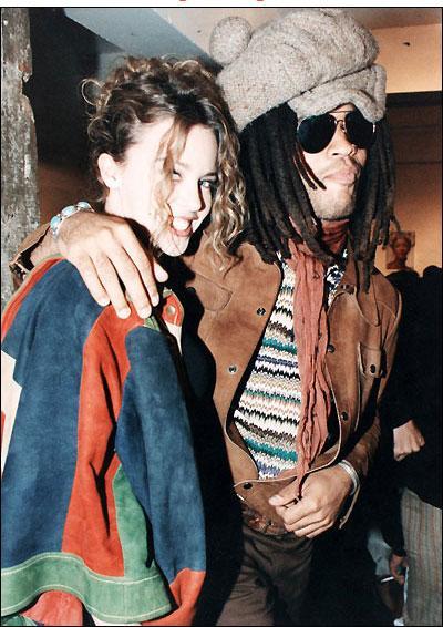 """Ünlü yıldızın ilk singılı """"Locomotion"""" Avustralya'da platin, 1987'de İngiltere'de ise altın ödül kazandı."""