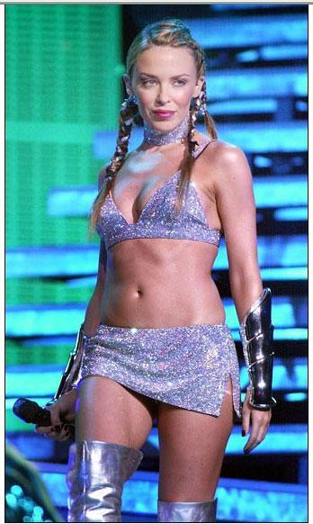 Kylie, kariyerinin en büyük sıçramasını 2000 yılında Spinning Around'la yakaladı.