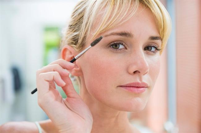 Kaşlarınız göz kremiyle kontrol altında  Yoğun bir göz kremini kaşlarınıza uygulayarak onları da nemlendirmeniz mümkün. Ayrıca kepeğe benzeyen o beyaz zerreciklerden de kurtulmuş olacaksınız.  Kaşlarınızı diş fırçasıyla tarayın  Kullanılmamış nemli bir diş veya kaş fırçasının üzerine saç spreyi sıkarak kaşlarınızı rahatça düzleştirip şekle sokabilirsiniz.