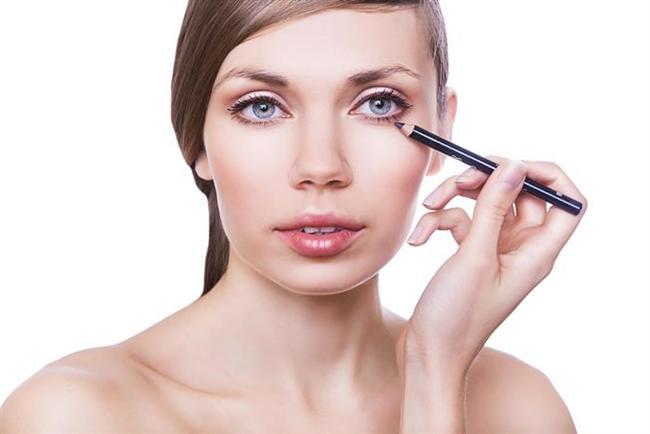 Göz kaleminizi dondurun  Göz kaleminizin ucu uygulama sırasında dağılıyorsa, onu 15 dakikalığına buzluğa koyun. Çıkardığınızda ucunun sert olduğunu ve cildinizde rahatça hareket ettiğini hissedeceksiniz.  Sirkeyle parlayın  Bir ölçek sirkeyi dört ölçek sodayla karıştırın ve saçınızı bu karışımla ıslatın. 15 dakika boyunca saçınızda kalmasına özen gösterin. Böylece istediğiniz parlaklığa kavuşabileceksiniz.