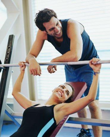 Spor  salonunda Kendine dikkat eden ve spor yapmayı seven erkekleri günün her saatinde bulabileceğiniz bir yerdir spor salonları. Özellikle de ağırlık bölümünde erkekler yoğun olarak vakit geçirir. Yoga, pilates ve kardiyo gibi daha çok kadınların tercih ettiği bölümlerde pek fazla erkek yoktur. Spor salonunda tanışacağınız bir erkekle sadece sağlık ve spor hakkında konuşabilirmişsiniz gibi gelse de bir süre sonra birçok ortak noktanız olduğunu keşfedeceksiniz. Sağlığına özen gösteren insanların hayat görüşlerinin de belli standartlarda olduğunu düşünürsek, spor salonunda tanışıp da evlenen insanların neden hiç de azımsanmayacak sayıda olduğunu da anlayabiliriz.