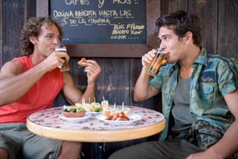 Gözde cafe ve restoranlar Erkekler, sakin ve boş mekanlardan çok, yeni açılan ve popüler olan mekanları daha çok tercih ederler. İşten çıktıktan sonra akşamüstü bir içki içmek için ya da haftasonları arkadaşlarıyla vakit geçirmek için bu mekanları tercih ederler. Genelde her seferinde farklı bir mekana gitmek yerine genelde bir mekanın müdavimi olurlar ve çoğunlukla orayı tercih ederler. Eğer bir mekanda gördüğünüz bir erkekten hoşlandıysanız, bir sonraki hafta da onu orda görme ihtimaliniz yüksektir. Peki bu bar ve cafelere ne zaman giderler? Bekar erkekler daha çok, iş yorgunluğunu atmak için ve haftasonunun kalabalığından bir nebze kurtulmak için hafta ortasında dışarı çıkarlar ve bunu rutin haline getirirler, özellikle spordan çıktıktan sonra ya da club'a gitmeden önce.