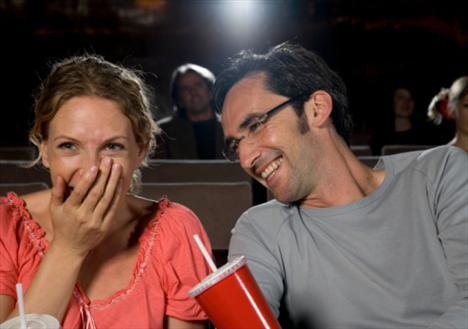 Sinemada Kadınların genelde romantik-komedi ve drama türünde, erkeklerin de bilimkurgu ve aksiyon filmlerini tercih ettikleri bilinen bir gerçek. Eğer amacınız bir erkekle tanışmaksa daha hareketli filmleri tercih etmelisiniz. Gözünüze birini kestirirseniz, film arasında yiyecek bir şeyler alırken film hakkında yapacağınız yorumlar dikkatini çekebilir ve belki de filmin ikinci yarısını birlikte seyredebilirisiniz. Sohbet hoşunuza giderse haftaya başka bir filme birlikte gitmeyi teklif edebilir ve film öncesinde başbaşa yiyeceğiniz bir yemekte de birbirinizi daha yakından tanıma fırsatı bulabilirsiniz...
