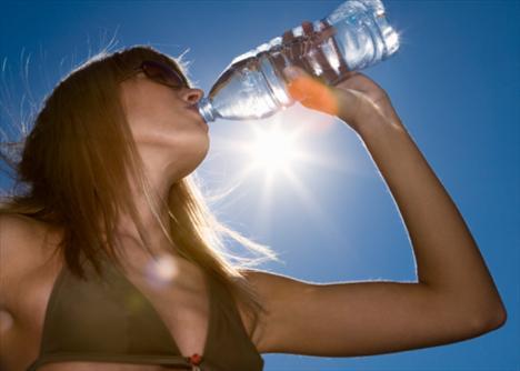 Çok su içmek zayıflatır mı?   Belli bir diyet ve egzersiz programına bağlı olmadan çok miktarda su içmenin zayıflatıcı bir etkisi yoktur. Buna karşılık rejim yaparken, özellikle su, bitkisel çaylar gibi bol miktarda (en az 1,5 litre) sıvı alınması vücutta biriken toksinlerin atılmasını kolaylaştırmak açısından yararlı olacaktır. Gün içinde hafif bir açlık hissettiğinizde bir büyük bardak su içmek belki de o an için iştahınızı kesebilir ve sizi gereksiz kaloriler almaktan koruyabilir. Özellikle mineral tuzlar açısından zengin suların tercih edilmesi, rejim sırasında vücutta bazı besinlerin tüketilmesine bağlı olarak ortaya çıkan eksikliklerin giderilmesine yardımcı olabilir.