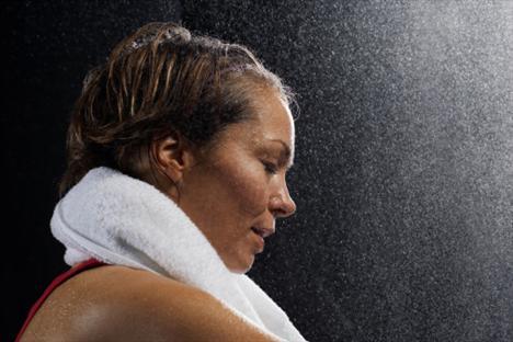 Sıcak ortamlar zayıflatır mı?   Sauna gibi sıcak ortamlarda terlemeyle kaybedilen, yağ değil sudur. Bu gibi sıcak ortamlar organizmanın toksinlerden arınmasını, kasların gevşemesini, kırgınlığın atılmasını sağlar ama sizi zayıflatmaz.. Mutlaka soğuk suyla yapılan bir duşla tamamlanması gereken sauna seansları, kalp damar, solunum ve dolaşım sistemi hastalıkları olan kişiler için uygun değildir. Ayrıca kilo kaybetme açısından bakacak olursak soğuk, sıcaktan çok daha etkilidir. Örneğin 18 derece suyla yapılacak bir banyo dakikada 7,2 kalori harcamanızı sağlar.
