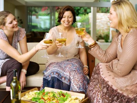 Alkol şişmanlatır mı?   Bütün alkollü içecekler, hatta içerdiği tannin gibi maddeler sayesinde diğerlerinden daha iyi olduğu iddia edilen şarap bile, az ya da çok oranda kalori içerir. 1 kadeh şarapta 85 kalori varken, 1 kadeh rakıda 335 kalori vardır. Ayrıca alkol alımına bağlı olarak tüketilen diğer besin maddelerinin de (kızarmış patates, cips, mezeler vs.) vücutta gereksiz bir kalori ve yağ deposu olarak kalacağını unutmamak gerekir.