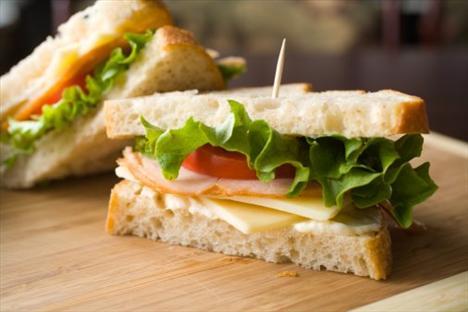 Hindi füme ve 1 dilim tam buğday ekmeği  Protein yönünden zengin bir başka atıştırma: 60 gr hindi füme ve 1 dilim tam buğday ekmeği...