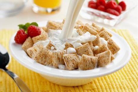 Ahududu, yoğurt, bal ve müsli  2 çorba kaşığı yoğurtla 1 tatlı kaşığı balı karıştırın, ahududuları ve müsliyi yoğurdunuza ekleyin ve afiyetle yiyin. Ahududu hem çok lezzetli bir meyve, hem de güçlü bir antioksidan. Bu doyurucu atıştırma sizi öğlen ya da akşam yemeğine kadar tok tutacaktır.