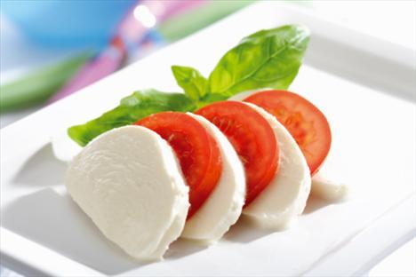 Beyaz peynirli, zeytinyağlı domates dilimleri  Akşam yemeğine daha çok mu var? Birkaç dilim domates, peynir ve zeytinyağı ile hazırlayacağınız bu nefis atıştırmayla hem damağınızı hem de midenizi doyurabilirsiniz.