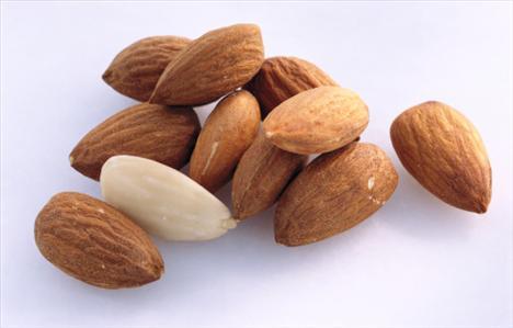 10 adet badem içi  Kuru yemişlerin faydaları saymakla bitmiyor. Badem de bunlardan biri. Ama kilo almak istemiyorsanız fazla abartmayın, bu lezzetli kuruyemişten 10 tane yemeniz hem elinizi hem de midenizi oyalayacaktır.
