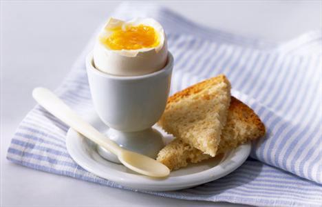 Yumurta ve tam buğday ekmeği  Yanmaz tavada yumurta akını bir buğday ekmeğiyle birlikte yiyerek açlığınızı bastırabilirsiniz.