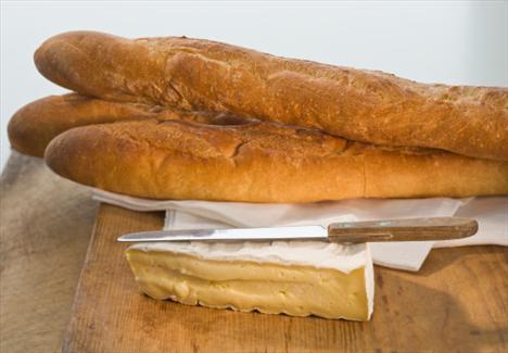 Peynir ve çok tahıllı ekmek  1 adet yağsız üçgen peynirin yanında bir dilim çok tahıllı ekmek, bir sonraki öğüne kadar doyurucu bir atıştırma alternatifi olabilir. Çok tahıllı ekmek vücudunuz için çok faydalı olan B1, B2, B6, B12, niasin, talik asit, demir, kalsiyum, çinko içerir.