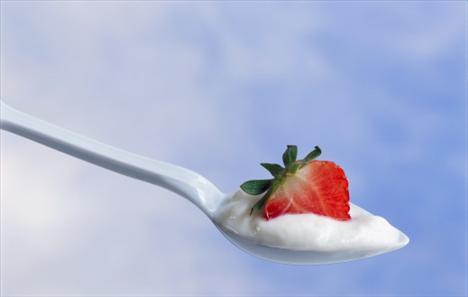 Çilek ve yağsız yoğurt  1.5 kase dolusu mis kokulu çilekle birlikte 2 tatlı kaşığı yağsız yoğurdu yiyebilirsiniz. Bu hafif ara öğün mükemmel bir C vitamini kaynağı aynı zamanda. (Kaynak: Formsanté)