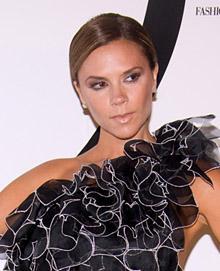Flaşların gözdesi olan Victoria Beckham volan seçeneğini bir davette giydiği siyah gece elbisesinin yakasında kullanmış.