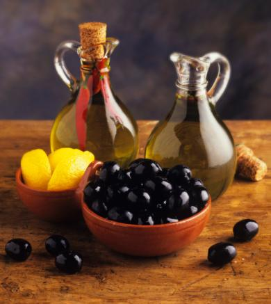 Zeytinyağı - Güzellik kaynağıdır!  Sıkı ve pürüzsüz bir cilt için aldığınız zeytinyağı miktarım artırın çünkü tekli doymamış yağlar ve fitonurirent antioksidan polifenollcr bakımından zengin olan zeytinyağı, günlük anti-aging cephaneliğinizin en önemli parçasıdır. 2001 yılında Journal of thc American College of Nutriton'de yayınlanan bir araştırma, diyetlerin kırışıklıklar üzerindeki etkilerini incelemiş. Araştırmacılar diyetleri ve güneşe maruz kalan bölgelerde yaşayan insanların ciltlerini kıyaslamışlar ve yüksek miktarda zeytinyağı, sebze ve yeşillik tüketenlerin daha az kırışıklığa sahip olduğunu görmüşler.     Aklınızda bulunsun:Her zaman için soğuk presli islenmemiş zeytinyağı almaya özen gösterin çünkü bu rafine edilmemiş en iyi kalite zeytinlerden ısıya maruz bırakılmadan üretilmiş olan zeytinyağıdır!