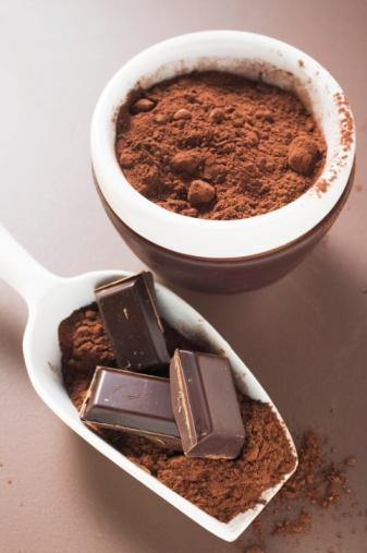 Siyah çikolata - Serbest radikallerden korur!  Kakao serbest radikallerle savaşan antioksidanlar bakımından oldukça zengin olduğundan, siyah çikolata yararlı kabul edilir ancak çikolatadaki süt miktarı arttıkça, kakao içeriği İle birlikte kakaonun içerdiği en güçlü antioksidanların miktarı azalır. Siyah çikolatanın içerisindeki değerli içerikler vücudunuzu ve cildinizi serbest radikallerden ve iltihaplardan korur.   Ancak dikkat etmeniz gereken yediğiniz siyah çikolatanın en az yüzde 70 oranında kakao içermesi. Su ile hazırlanmış bir fincan sıcak kakaonun antioksidan miktarı, kırmızı şarabın antioksidan miktarından daha fazladır.    Aklınızda bulunsun:Çikolatanın içerisinde azı m sanmayacak miktarda yağ bulunur. Bu nedenle siyah çikolatayı bir yiyecek olarak değil adeta bir ilaçmışçasına küçük dozlar halinde tüketmenizde fayda var. Her gün küçük bir parça siyah çikolata yeterli antioksidan desteğini sağlayacaktır.