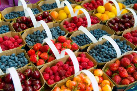 """Küçük meyveler - En iyi kırışıklık savaşçıları  Yabanmersini, böğürtlen, ahududu, çilek gibi küçük meyveler vitamin, mineral ve antioksidan bakımından zengin oldukları için yaşlanma sürecini geciktiriyorlar. Küçük meyveler arasındaki en önemli olanı ise kuşkusuz yaban mersini!    """"Yabanmersini, portakala göre üç kat fazla antioksidana sahip bir gençlik iksiridir. Aslında bir porsiyon yabanmersini; beş porsiyon havuç, elma, brokoli ya da kabağın vereceği kadar antioksidan verir"""" diyor ünlü bilim adamı Erica Angyal ve ekliyor, """"Bir avuç çilek, vücudunuzun her gün kolajen üretimi için gereksinim duyduğu C vitamini ihtiyacım karşılar. Bir fincan çilek, önerilen günlük C vitamini alımını ise yüzde 125 oranında karşılar!""""     Aklınızda bulunsun: Küçük meyveler genellikle çok sayıda tarım ilacına maruz kalırlar. Bunun için mümkün olduğunca organik olanları tercih edin."""