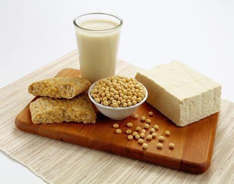 Soya/tofu - Cildinizi korur!  Orijinal halinde de olsa, tofu yapılmış da olsa soya fasulyesi tam bir cilt koruyucudur. Soyada yeni hücre büyümesini ve cildin nemini kazanmasını sağlayan bol miktarda E vitamini vardır. Et gibi, soya da tam bir proteindir. Ayrıca içerisinde bir miktar da cildi pürüzsüzleştirici Omega-3 yağ asidi bulunmaktadır. Haftada bir kaç porsiyon işlenmemiş ve tercihen fermente edilmemiş soya ürünü tüketin. Bir porsiyon, bir fincan soya sütü, 85 gram tofu ya da yarım fincan tepmeb veya misodur.