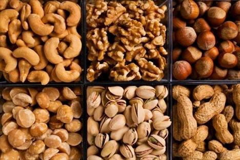 Yemişler - cildinizi içeriden nemlendirir!  Yemişler cildinizi içeriden nemlendirirler. Cildiniz için en faydalı yemişler; badem, ceviz ve soya yemişidir. Ayçiçeği ve kabak çekirdeği de aynı şekilde faydalıdır. Badem bütün yemişler içinde en besleyici olandır. Cildiniz için yararlı olan yağlan, proteini, K vitamini, kalsiyumu ve çinkoyu - kısacası cildinizin epidermisini sağlıklı kılacak her şey — içinde barındırır. Ayrıca kabuğunda, serbest radikallerle savaşmakta etkili olan çok sayıda polifenol bulunmaktadır. Cevizler ise sıkı bir cilt için gerekli olan Omega-3 yağ asitleriyle doludur. Cildinizin İçeriden nemlenmesine yardımcı olur ve sağlıklı bir ışıltı verir.    Aklınızda bulunsun:Yemişlerin kalorileri yüksektir. Bu nedenle az tüketin. Ayrıca yemişlerinizi konserve, tuzlu ve paketlenmiş yemişler yerine çiğ ve tuzsuz olarak satın almaya özen gösterin.