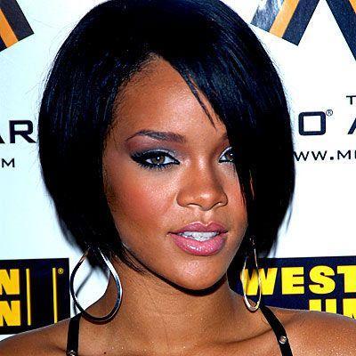 RihannaRihanna gibi çikolata tenliyseniz şeftali - pembe tonları size çok yakışacak.