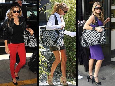 """Fergie, kendi adını taşıyan """"Fergie for Kipling"""" marka siyah-beyaz çantasını hiç yanından ayırmıyor, aynı zamanda da kendi reklamını yapıyor..."""