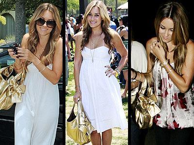 Lauren Conrad, beyaz elbisesini tamamladığı altın rengi Valentino çantasıyla göz kamaştırıyor.
