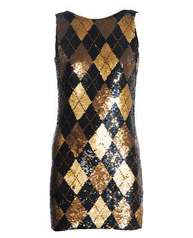 Dorenin tonlarının kullanılmış olduğu mini elbise siyahla gayet uyumlu